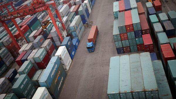 Грузовик проезжает между контейнерами в порту Инчхон в Южной Корее, фото из архива - Sputnik Азербайджан