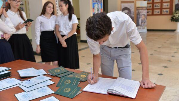 Tam orta təhsil haqqında attestatın alınması, arxiv şəkli - Sputnik Azərbaycan