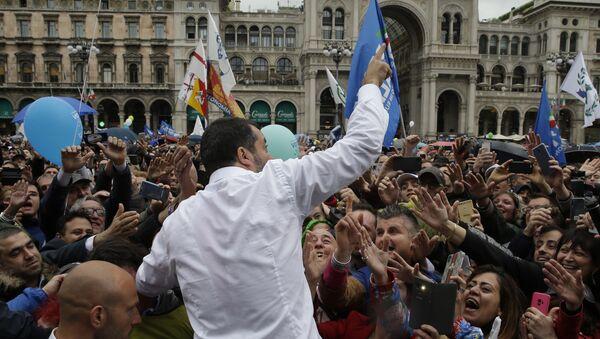 Сторонники протягивают руку, чтобы прикоснуться к своему лидеру во время митинга, организованного Маттео Сальвини - Sputnik Азербайджан