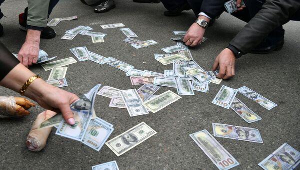 Активисты собирают поддельные долларовые купюры  во время митинга в Киеве 20 марта 2019 года - Sputnik Азербайджан