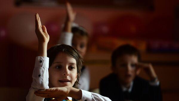 Первоклассники на первом уроке, фото из архива - Sputnik Азербайджан