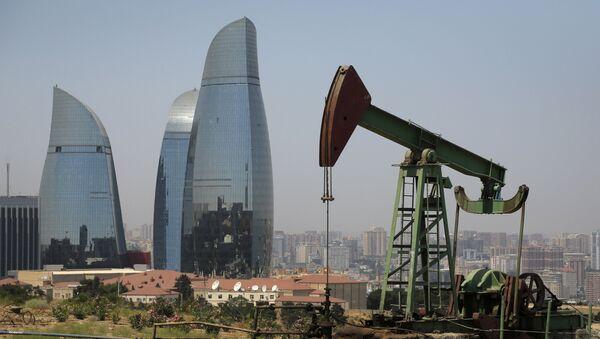 Нефтяная скважина на фоне небоскребов в Баку, фото из архива - Sputnik Азербайджан