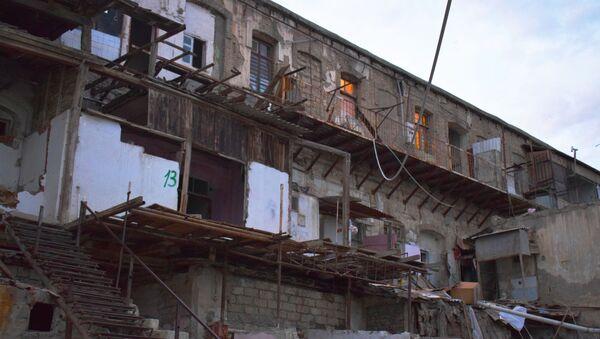 Аварийное здание расположенное по улице Арифа Исмайлова в Сабаильском районе Баку - Sputnik Азербайджан