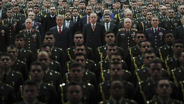 Президент Турции Реджеп Тайип Эрдоган (в центре) в сопровождении министра обороны Турции Хулуси Акара, фото из архива - Sputnik Азербайджан