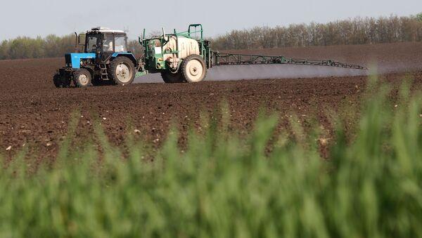 Внесение удобрений во время весенних полевых работ  - Sputnik Азербайджан