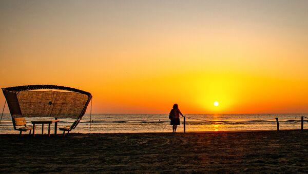 Опустевшие пляжи Каспия - Sputnik Азербайджан