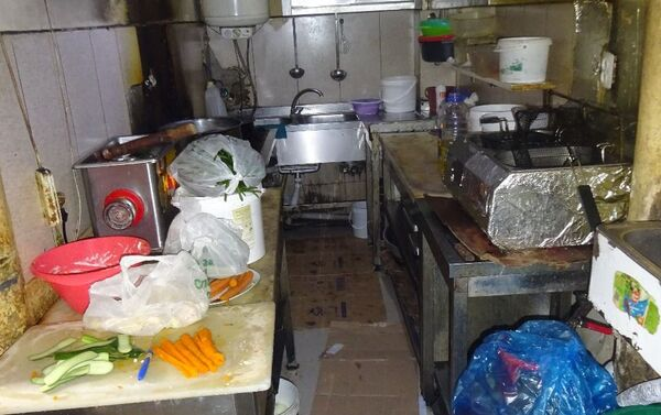 В результате проверки ресторана Sabiha в Наримановском районе Баку, принадлежащего Насибе Кязимовой, были выявлены факты нарушения санитарно-гигиенических норм - Sputnik Азербайджан