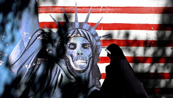 Русская иранская женщина проходит мимо граффити, изображающего статую Свободы США, нарисованную на стене бывшего посольства США в Тегеране, Иран, фото из архива - Sputnik Азербайджан