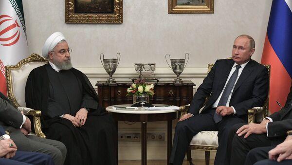 Президенты России и Ирана Владимир Путин и Хасан Роухани во время встречи - Sputnik Азербайджан
