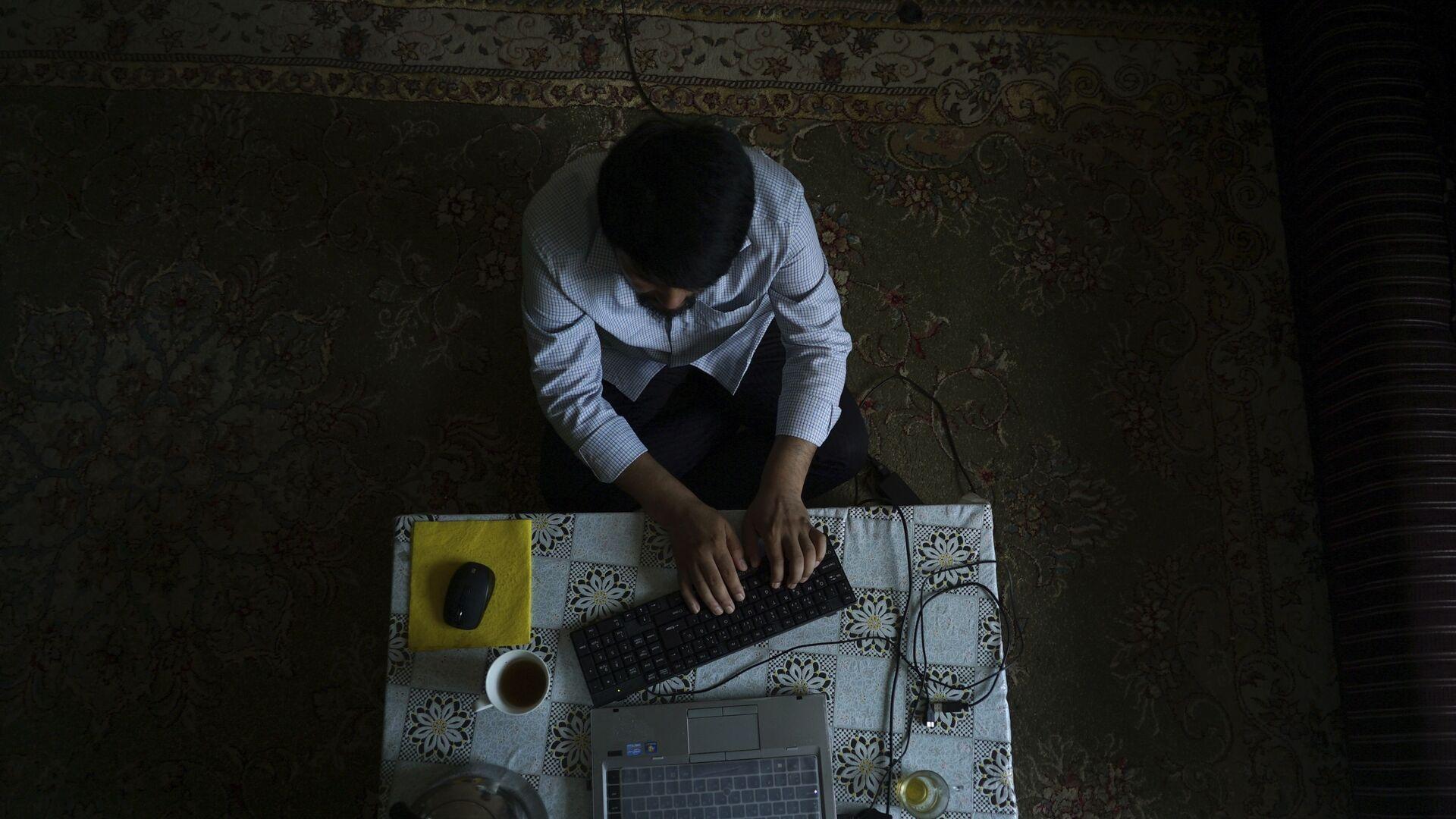 Мужчина за компьютером, фото из архива - Sputnik Азербайджан, 1920, 08.10.2021