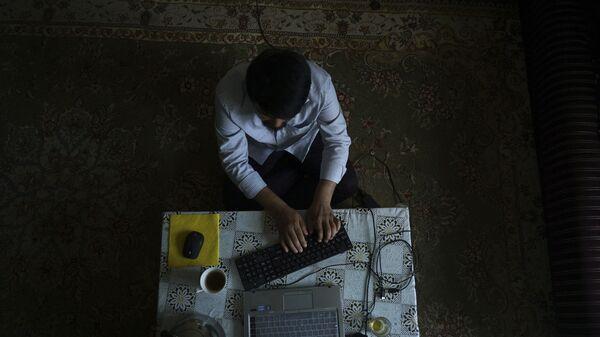 Мужчина за компьютером, фото из архива - Sputnik Азербайджан