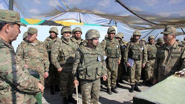 Министр обороны генерал-полковник Закир Гасанов побывал на одном из командно-наблюдательных пунктов широкомасштабных учений. - Sputnik Азербайджан