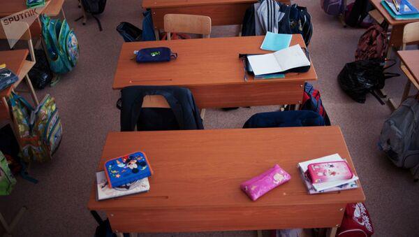 Пустые парты в школе, фото из архива - Sputnik Азербайджан