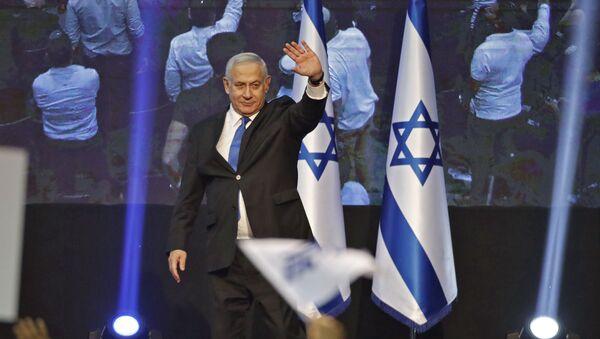 Премьер-министр Израиля Биньямин Нетаньяху со сторонниками после выборов в Тель-Авиве - Sputnik Азербайджан