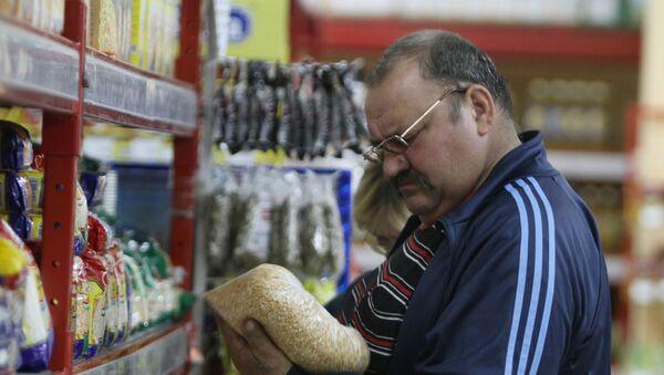 Покупатель у прилавка с крупами, фото из архива - Sputnik Азербайджан