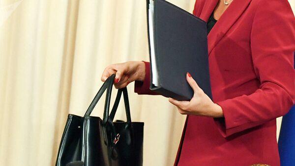 Женщина несет папку с документами, фото из архива - Sputnik Azərbaycan