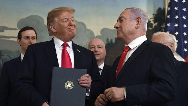 Президент Дональд Трамп улыбается премьер-министру Израиля Биньямину Нетаньяху (справа) после подписания прокламации в дипломатической приемной в Белом доме в Вашингтоне - Sputnik Азербайджан