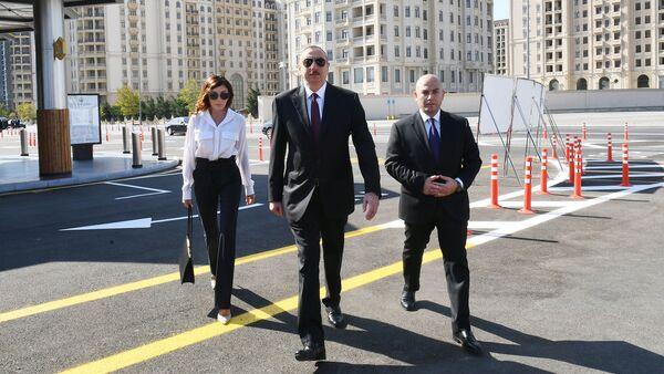 Президент Азербайджана Ильхам Алиев и первая леди Мехрибан Алиева приняли участие в открытии Транспортного обменного центра Кероглу Бакинского транспортного агентства - Sputnik Азербайджан