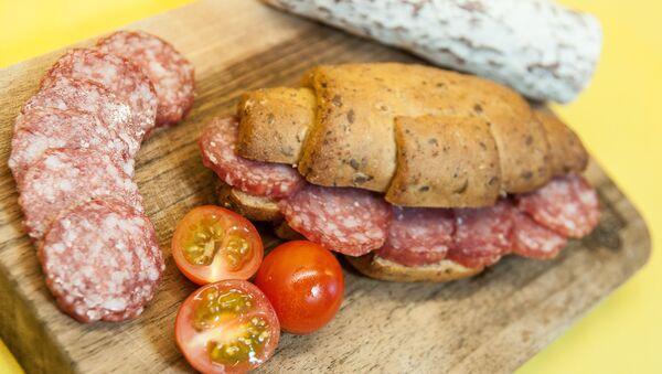 Бутерброда с колбасой, фото из архива - Sputnik Азербайджан
