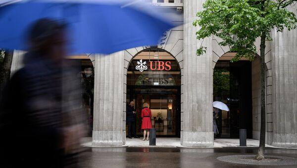 Люди стоят перед швейцарским банком UBS в Цюрихе - Sputnik Азербайджан
