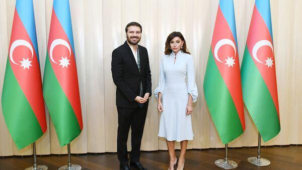 Mehriban Əliyeva Sami Yusufa Azərbaycan Prezidentinin fəxri diplomunu təqdim edib - Sputnik Azərbaycan