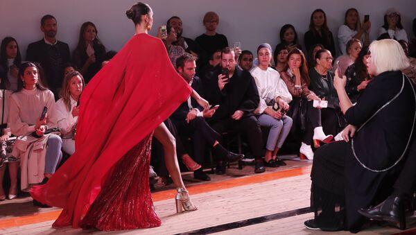 Модель во время презентации коллекции Elie Saab Ready To Wear на Неделе моды Весна/Лето 2020 в Париже - Sputnik Азербайджан