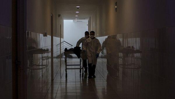 Сотрудники больницы перевозят тело человека, фото из архива - Sputnik Azərbaycan