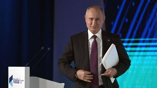 Президент РФ Владимир Путин на пленарной сессии XVI заседания Международного дискуссионного клуба Валдай - Sputnik Azərbaycan