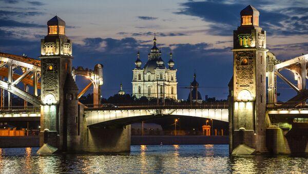 Вид на мост Петра Великого и Смольный собор во время белых ночей в Санкт-Петербурге - Sputnik Азербайджан