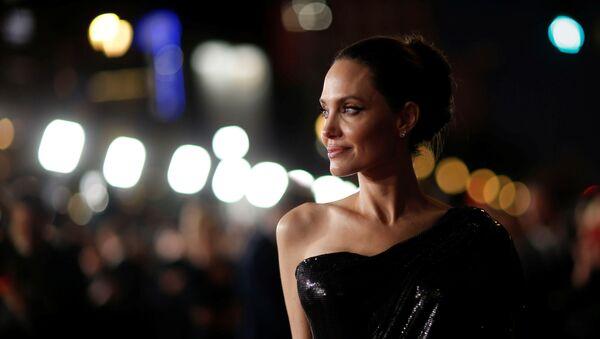 Анджелина Джоли на премьере фильма Малефисента: Владычица тьмы в Лос-Анджелесе - Sputnik Азербайджан