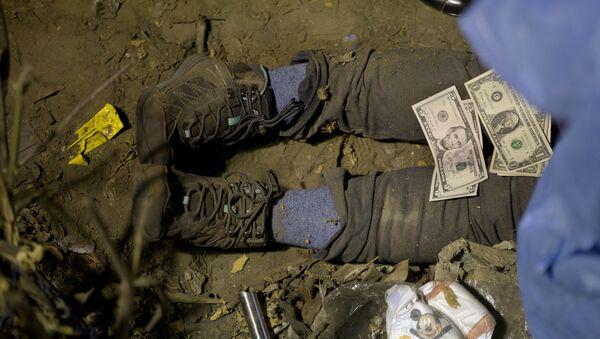Долларовая купюра на трупе, фото из архива - Sputnik Азербайджан