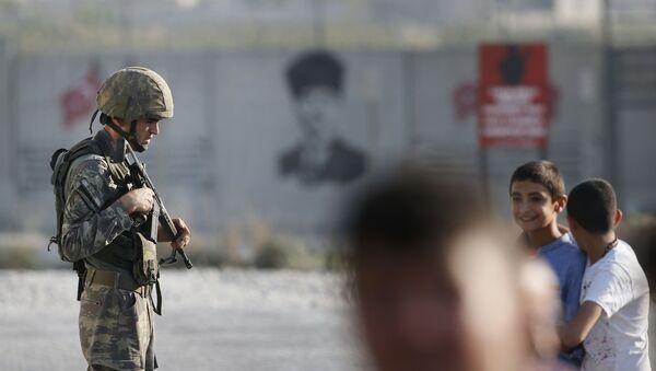 Турецкий солдат стоит на границе с Сирией в Акчакале - Sputnik Azərbaycan