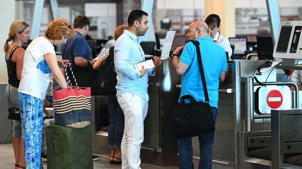 Пассажиры у стойки регистрации в аэропорту, фото из архива - Sputnik Azərbaycan