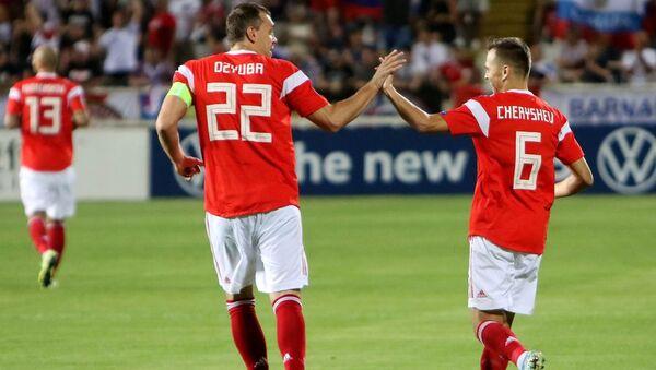 Футболисты сборной России Артем Дзюба (слева) и Денис Черышев - Sputnik Азербайджан