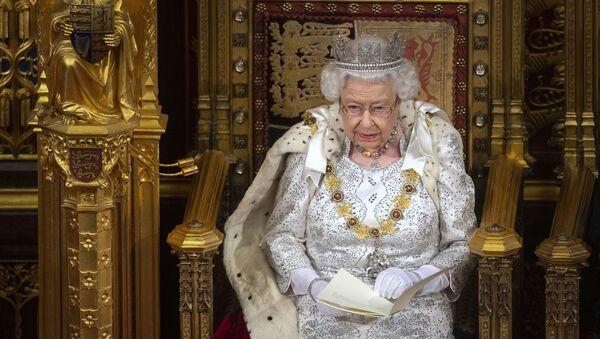 Королева Великобритании Елизавета II во время церемонии открытия парламента - Sputnik Азербайджан