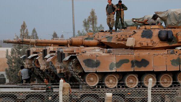 Турецкие солдаты на крыше танка в пограничном городе Акчакале в провинции Шанлыурфа, Турция - Sputnik Азербайджан