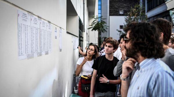 Студенты проверяют результаты, фото из архива - Sputnik Азербайджан