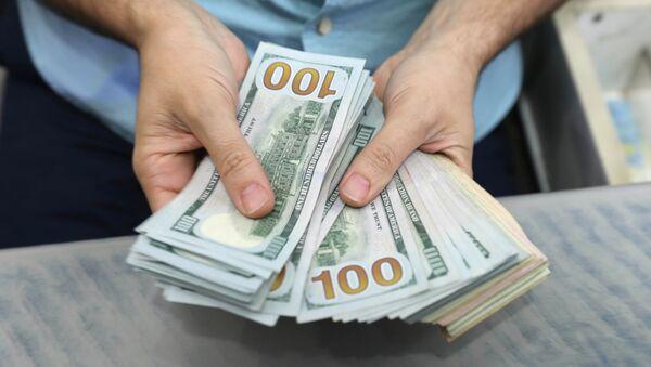 Доллары в руках, архивное фото - Sputnik Азербайджан