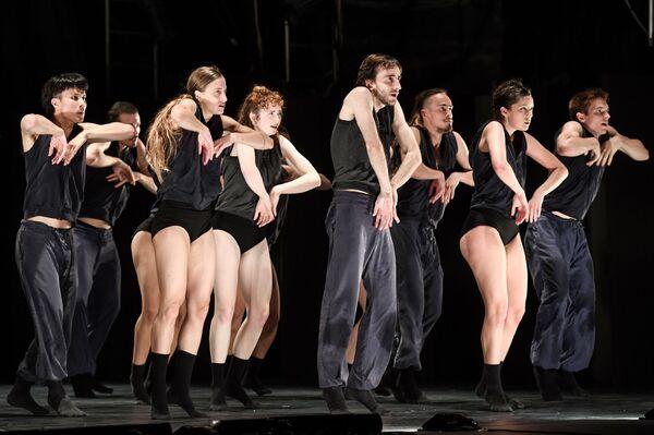 Перформанс Убежище израильской танцевальной группы Kibbutz в рамках фестиваля M.A.P. в Баку - Sputnik Азербайджан
