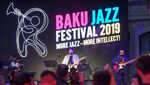 Открытие джаз-фестиваля: опен-эйр концерт и видео инсталляция на Девичьей башне - Sputnik Azərbaycan