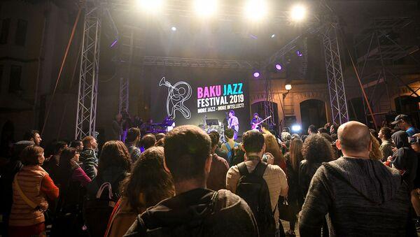 Открытие джаз-фестиваля: опен-эйр концерт и видео инсталляция на Девичьей башне - Sputnik Азербайджан