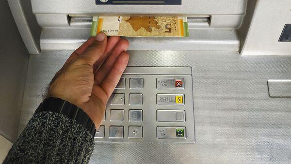 Bankomatdan pul çıxarır - Sputnik Азербайджан