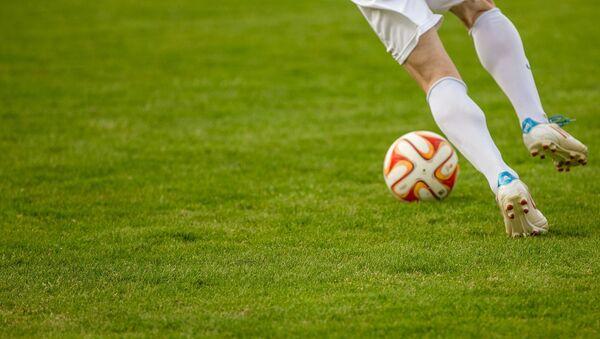 Футболист с мячом, фото из архива - Sputnik Азербайджан