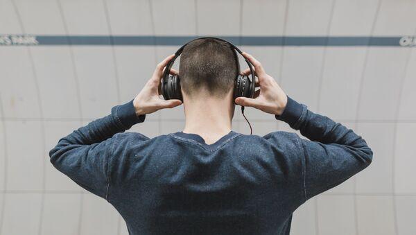 Парень слушает музыку, фото из архива - Sputnik Азербайджан