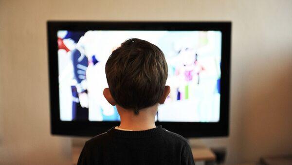 Ребенок смотрит телевизор, фото из архива - Sputnik Азербайджан