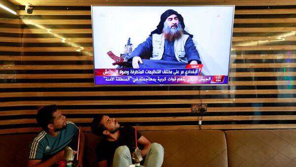 Иракская молодежь смотрит новости о смерти лидера террористов Абу Бакра аль-Багдади - Sputnik Азербайджан