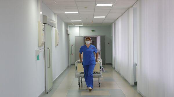 Медсестра в коридоре больницы, фото из архива - Sputnik Азербайджан