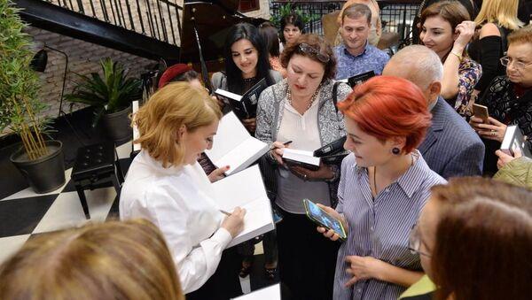 В Бакинском книжном центре состоялась презентация переизданной книги «Темница» писателя Чингиза Алекперзаде - Sputnik Азербайджан
