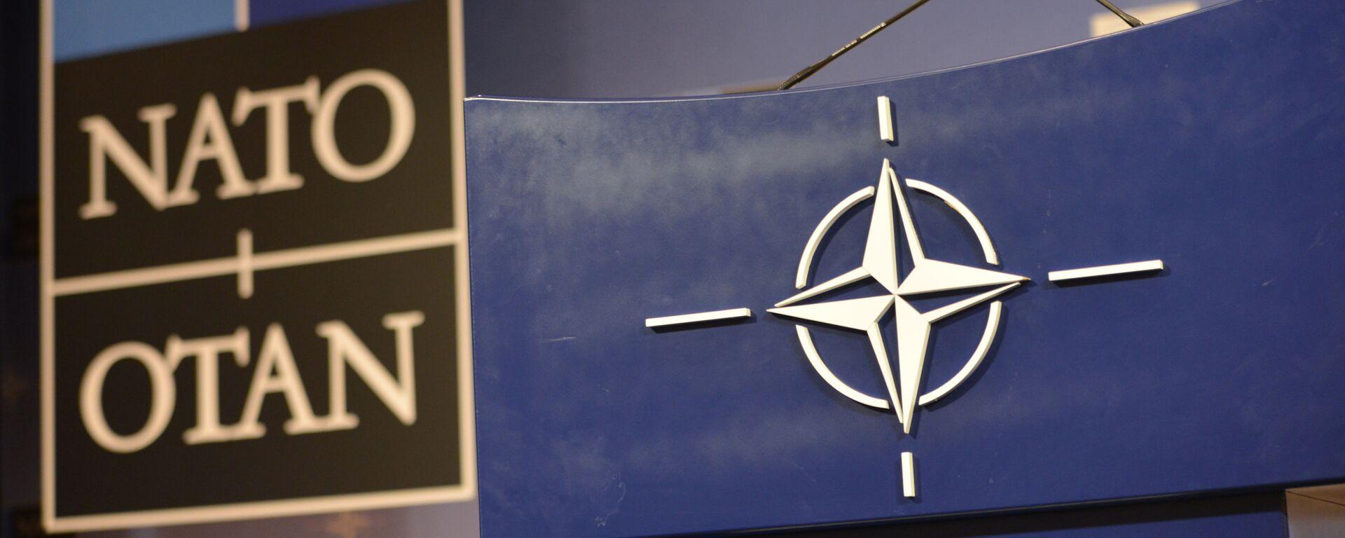 Трибуна в зале для пресс-конференций штаб-квартиры НАТО. - Sputnik Азербайджан, 1920, 18.08.2021