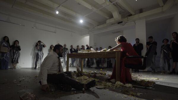 Азербайджанские художники Ситара Ибрагимбейли и Вюсал Рагим представили перформанс Вживую - Sputnik Азербайджан